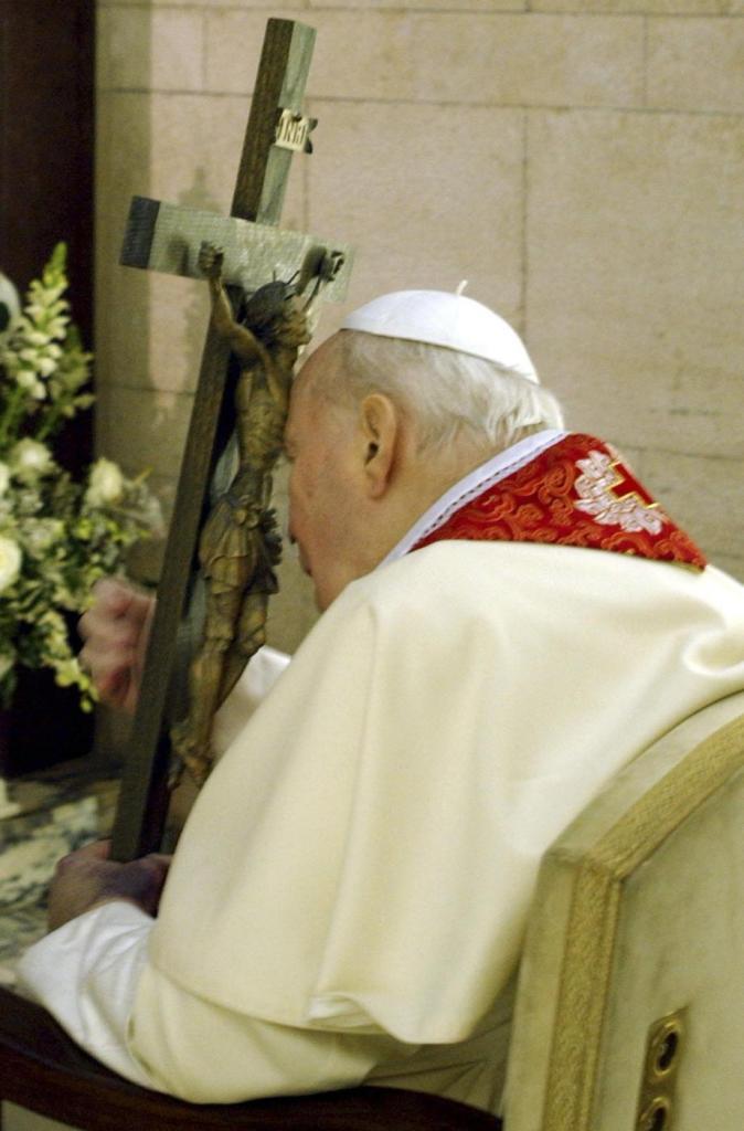 Jan Paweł II z Krzyżem podczas Drogi Krzyżowej w 2005 roku